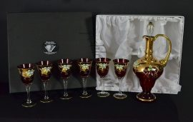 Декоративен комплект с чаши и бутилка - червен цвят